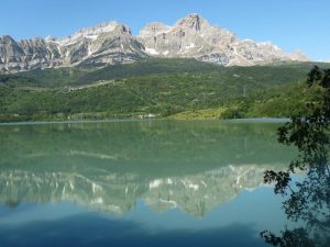 Sierra de Partacúa reflejada en el pantano de Búbal