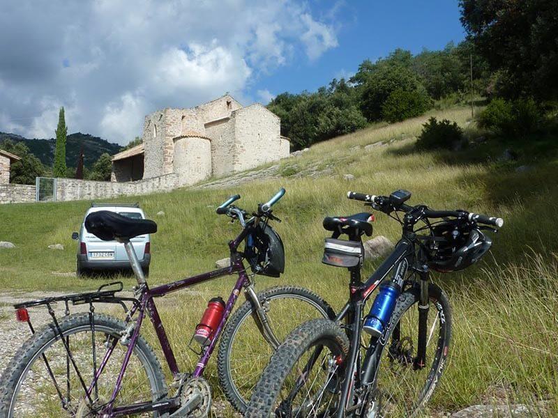 Bicicletas frente al Monasterio de Pedret