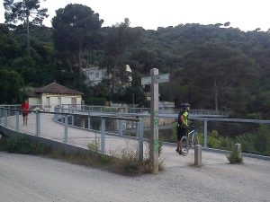 Puente que cruza la carretera de Vallvidrera