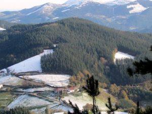 Vista de Ziardamendi desde el camino a Morkaiko