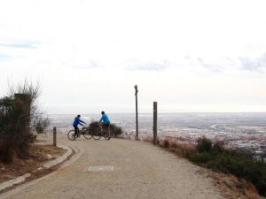 Delante de las bicis está el camino para subir a Sant Pere Màrtir