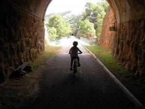 Salida de un tunel sin iluminar en la via verde de la Terra Alta