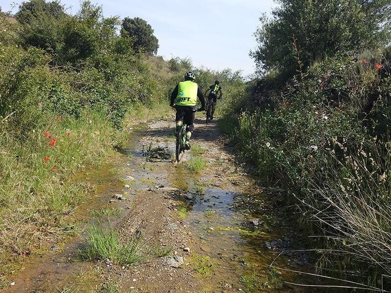 Se puede encontrar agua en algún camino pero muy poco barro