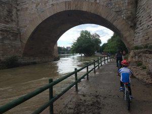 En bici bajo el Puente de Piedra
