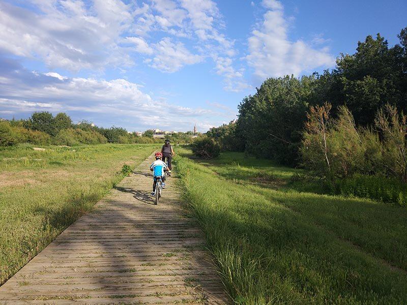 Pasarela de madera en bici junto al río Ebro