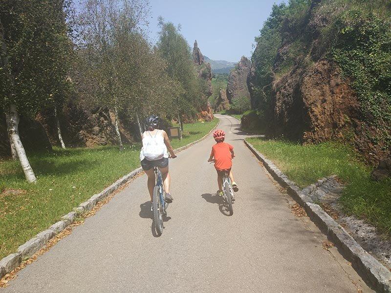 Cabárceno en Bicicleta - bajada entre desfiladeros