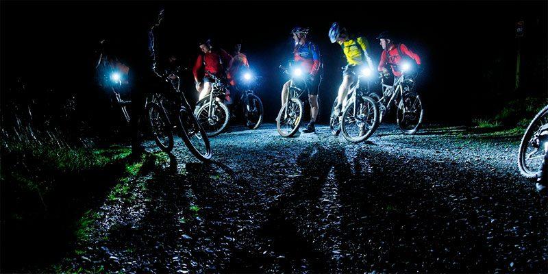 Ruta en bici con poco por la noche
