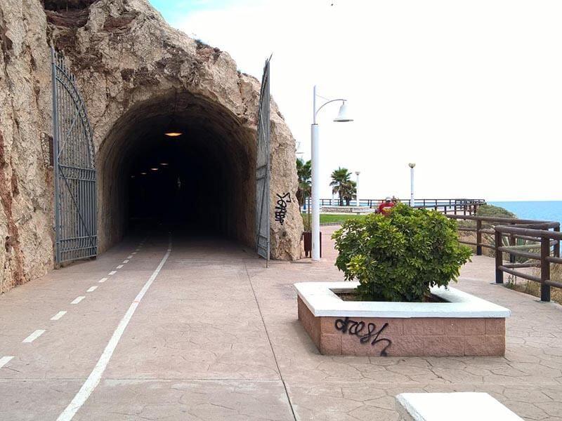 Túnel hacia Cala del Moral