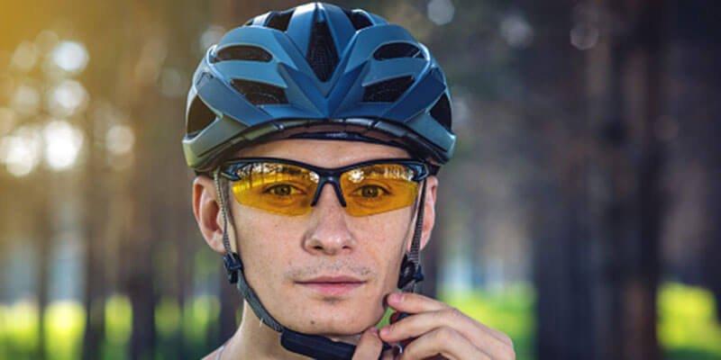 casco y gafas ciclismo